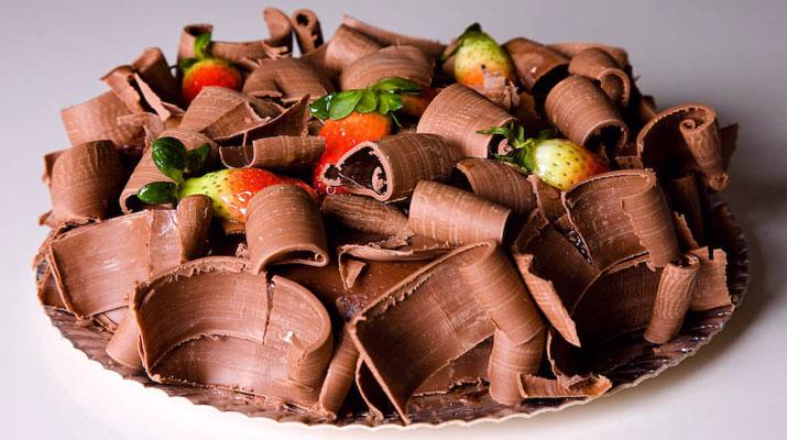Bolo De Brigadeiro Com Morango Com Raspas De Chocolate